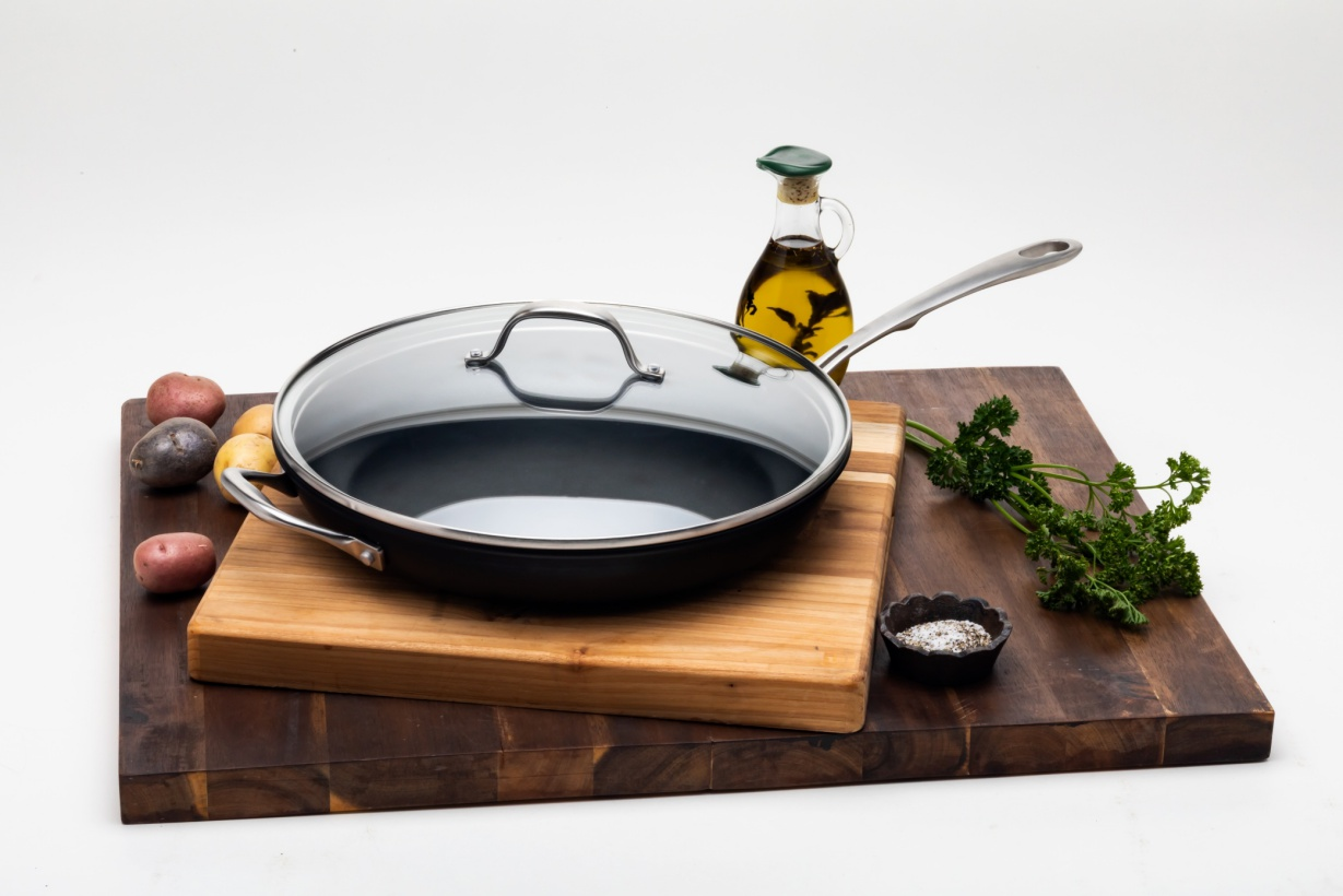 Black pan with a glass lid